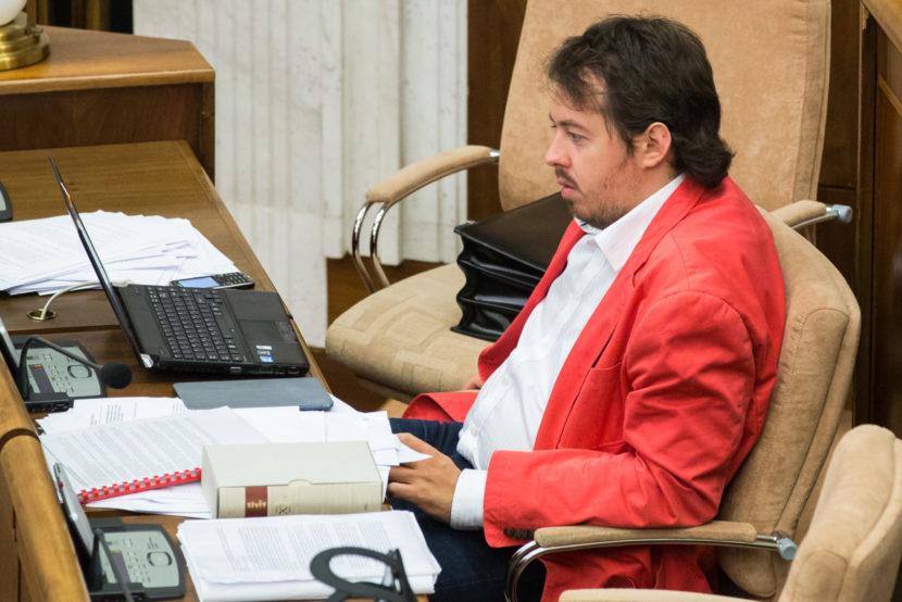 Poslanci Brixi a Martvoň chcú postihovať stáčanie tachometrov