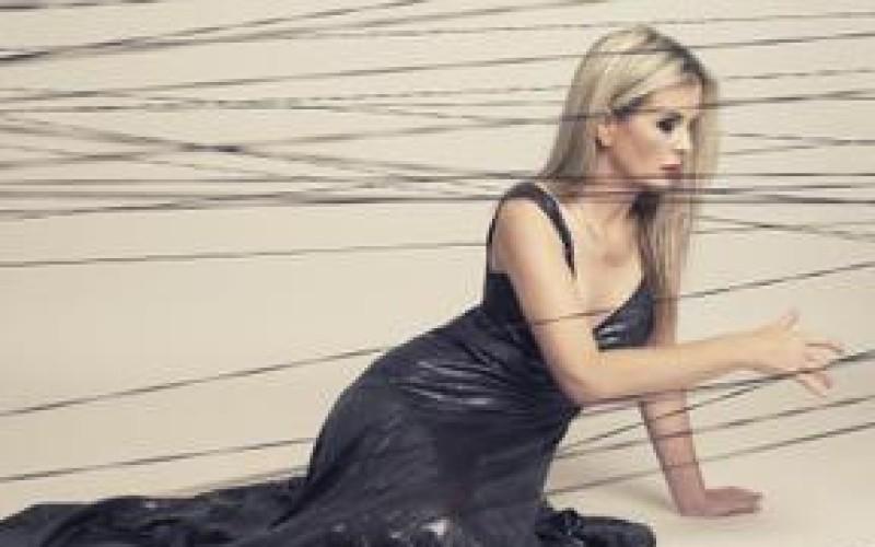 Harfistka Kateřina Englichová ukazuje krásu českej a svetovej moderny