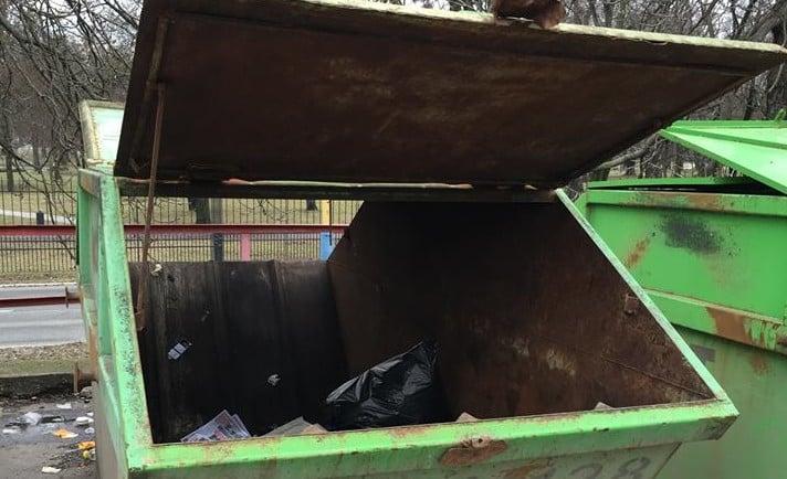 Netypický koniec predvolebnej agitácie: Smeráci skončili v kontajneri