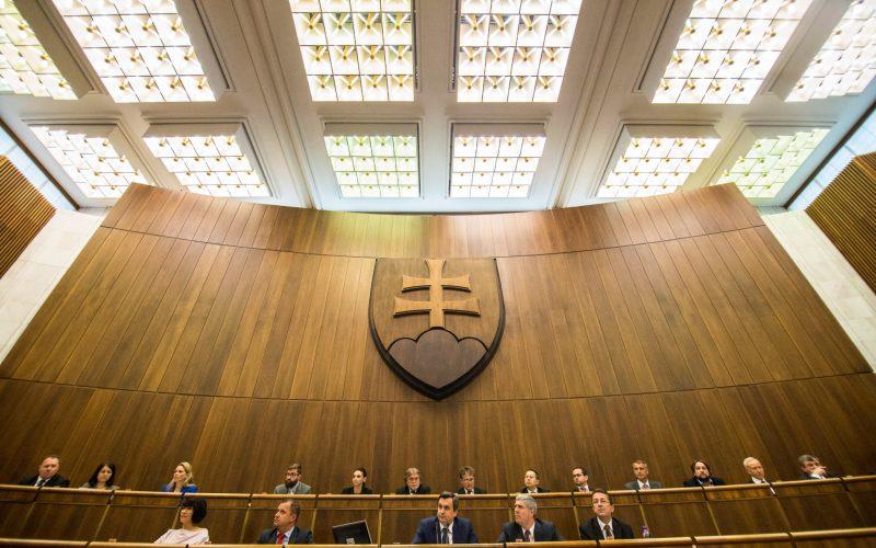 Poslanci schválili rozpočet na budúci rok. Takto má klesnúť deficit