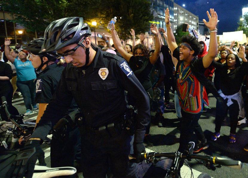 Výnimočný stav v Charlotte: Násilné protesty, príde Národná garda