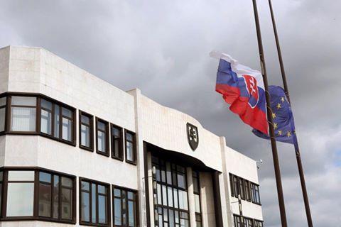 Slovensko smúti za exprezidentom Kováčom, vlajky visia na pol žrde