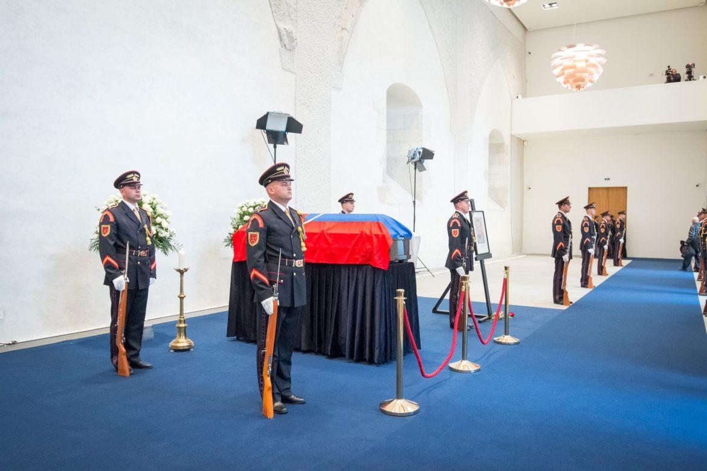 0fd57adff BRATISLAVA – Slovensko sa dnes rozlúči s prvým prezidentom samostatnej  Slovenskej republiky Michalom Kováčom. Vláda na dnešný deň od 8:00 do 17:00  vyhlásila ...