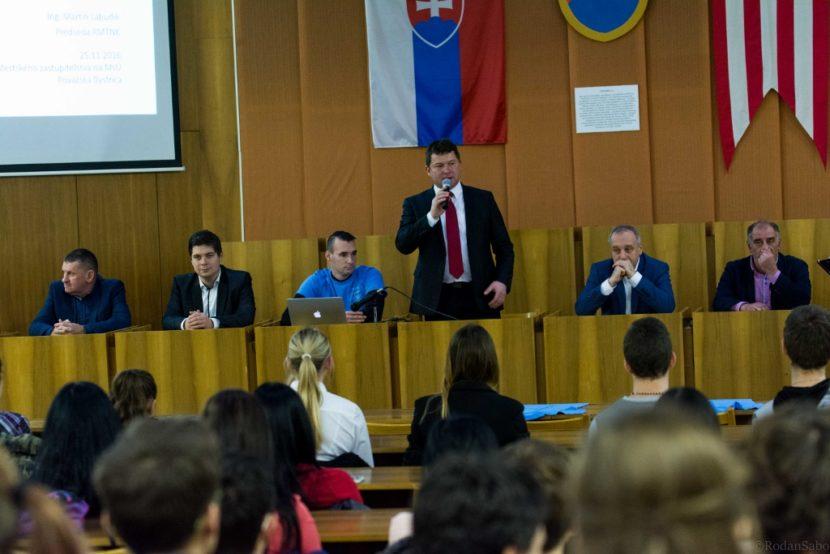 Mladí diskutovali s poslancami, riešili sa problémy TSK