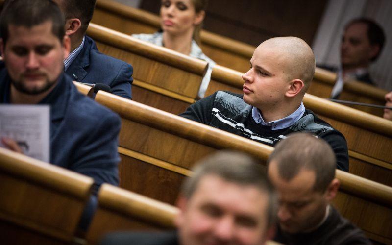 Trapas ako hrom: Kotlebov poslanec po vypustení žlče nachytaný na hruškách