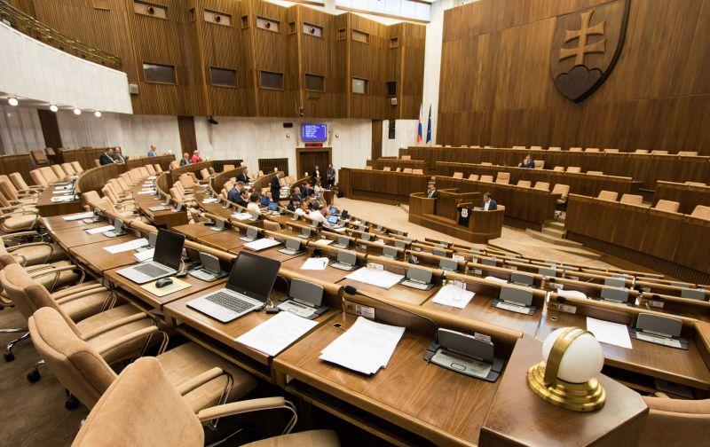 Poslanci by mali mať adekvátny plat alebo znížme ich počet, odkazuje Sulík