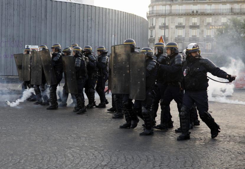 Nepokoje po voľbách: Potyčky v Paríži, stretli sa protestujúci a polícia