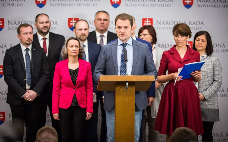 Opozícia odkazuje Dankovi: Je zbabelý, že desať dní mlčí