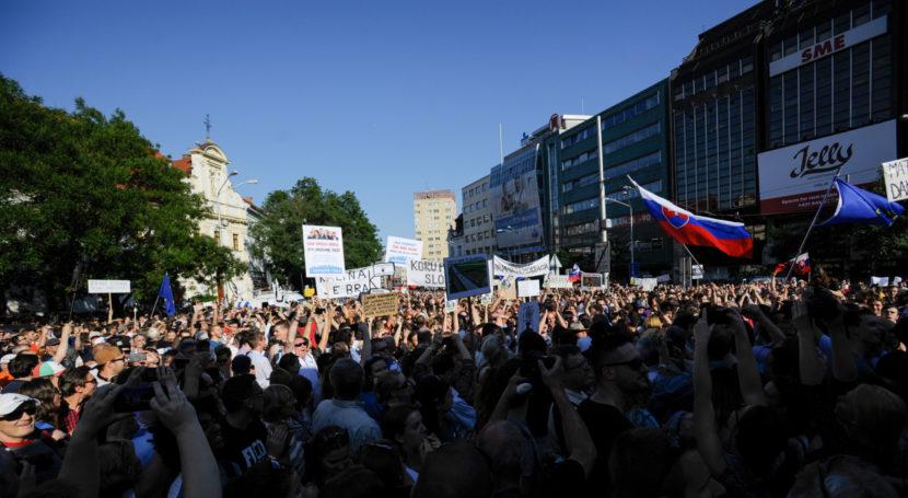 Ulicami Bratislavy prešli počas protikorupčného pochodu tisícky ľudí