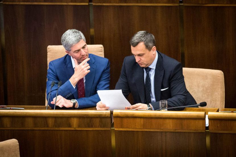Zrušenie ĽSNS je pravnou otázkou, ale konať treba aj v parlamente