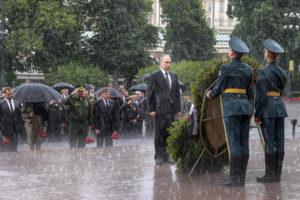 VIDEO Putin poriadne zmokol: Počas ceremónie odmietol dáždnik