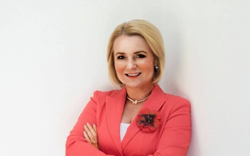 FOTO Vo vojenskej plachte so samopalom v ruke! Drsná česká politička baví svet