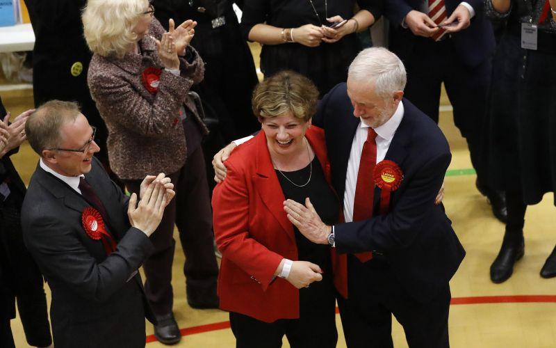 VIDEO Úsmevný moment po voľbách: Corbyn sa tak tešil, až si nepostrážil ruku