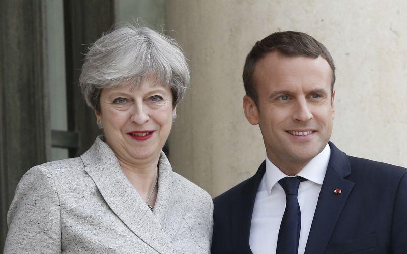Ešte stále si môžete brexit rozmyslieť, odkázal Macron Mayovej