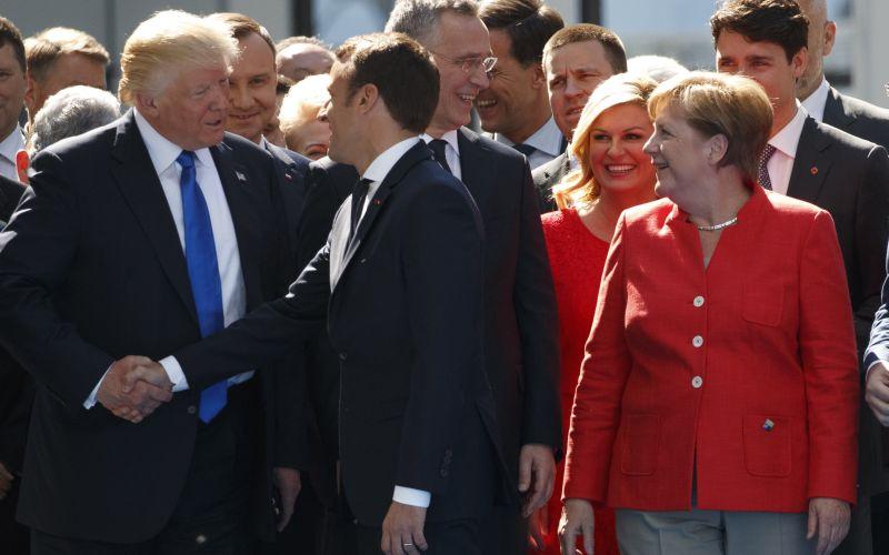 VIDEO Zosmiešnil Macron Trumpa? Toto americký prezident nečakal