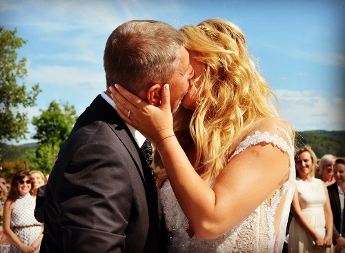 Miliardár Babiš sa konečne oženil: Luxusnú svadbu narušili demonštranti