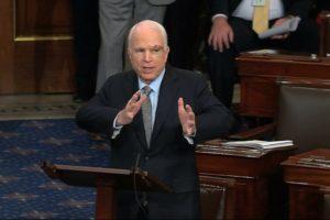 VIDEO Senátor McCain sa vrátil po zistení rakoviny: Privítali ho potleskom v stoji