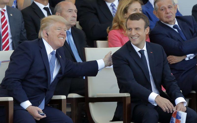 VIDEO Trump a Macron opäť v súboji: Kto dominoval v smiešne dlhom podávaní rúk?