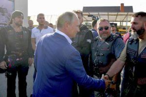 VIDEO Putin navštívil Krym: Pokec s kontroverznými motorkármi