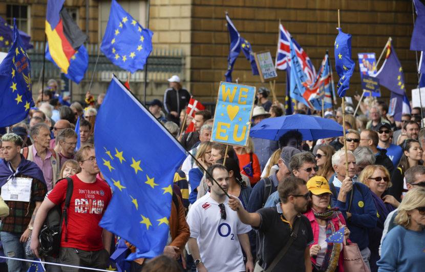 Brexit stále rozdeľuje spoločnosť: Tisíce ľudí protestovali v Londýne