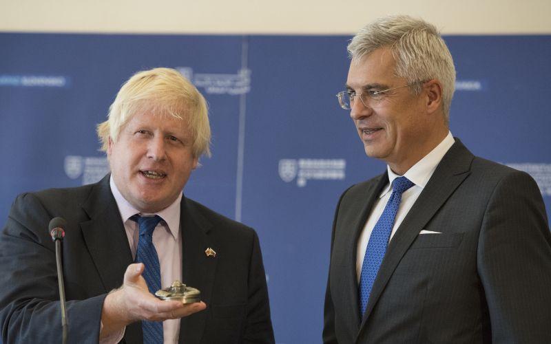 Boris Johnson na Slovensku. Dostal takýto darček, reč aj o brexite