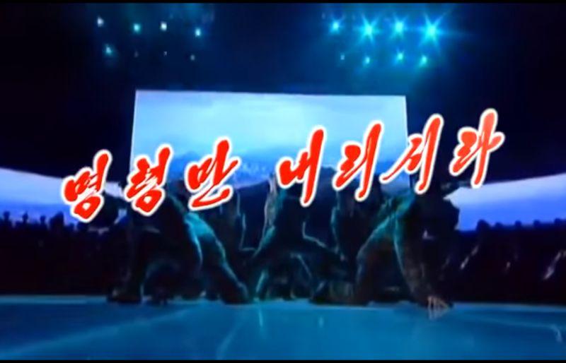 VIDEO Propaganda v štýle KĽDR: Tancujúci vojaci a zábery z vojny
