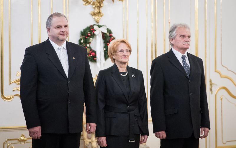 Prezident nakoniec ustúpil. Vymenoval trojicu nových ústavných sudcov