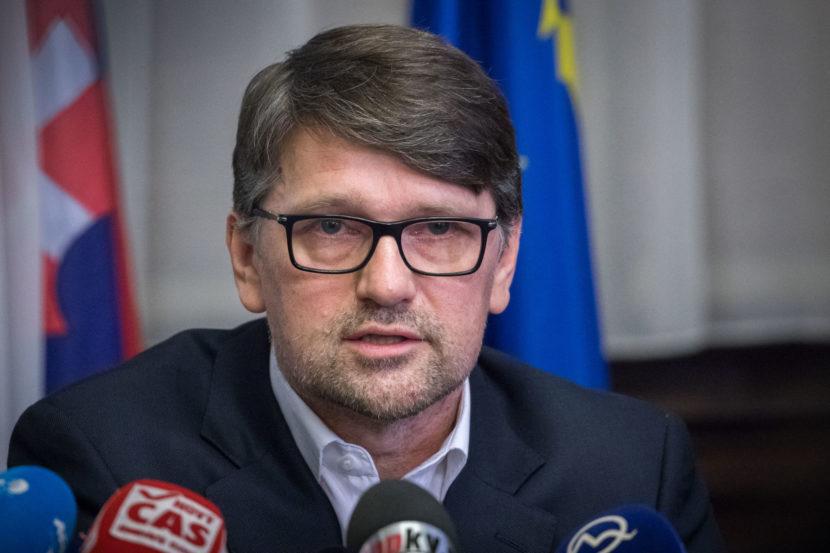 Padla prvá hlava. Minister kultúry Maďarič podal demisiu