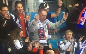 VIDEO Vykašľal sa na lóžu a fandil s fanúšíkmi: Prezident Kiska v zápase s Ruskom