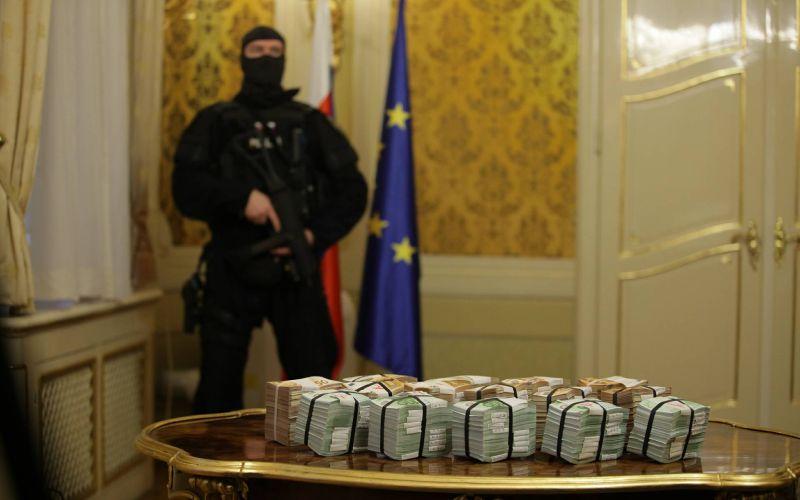 VIDEO Fico s miliónom eur: Peniaze vyložil priamo na stôl