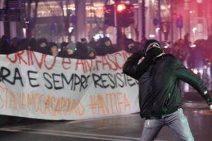 Konflikty v Taliansku. Polícia proti antifašistom použila vodné delá