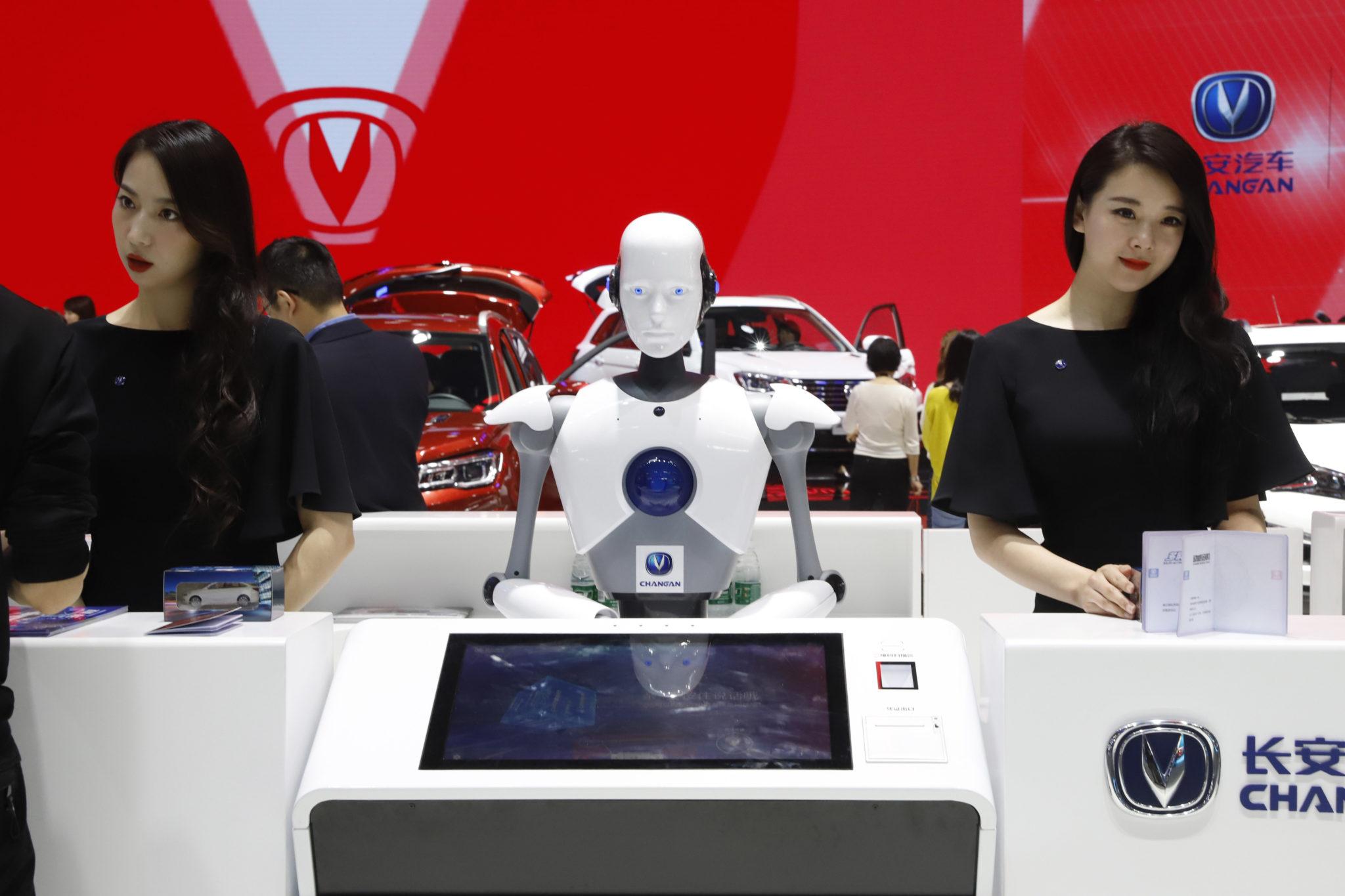 Na recepcii počas autosalónu v Pekingu pomáhal dvom dámam aj tento sympatický robot.