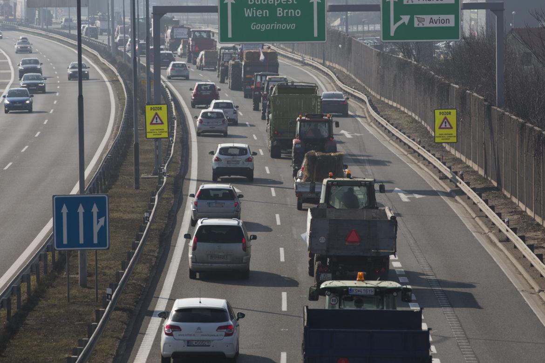 54e04914d Farmári a nehody ochromili dopravu v Bratislave. Situácia bola horšia ako v  pondelok