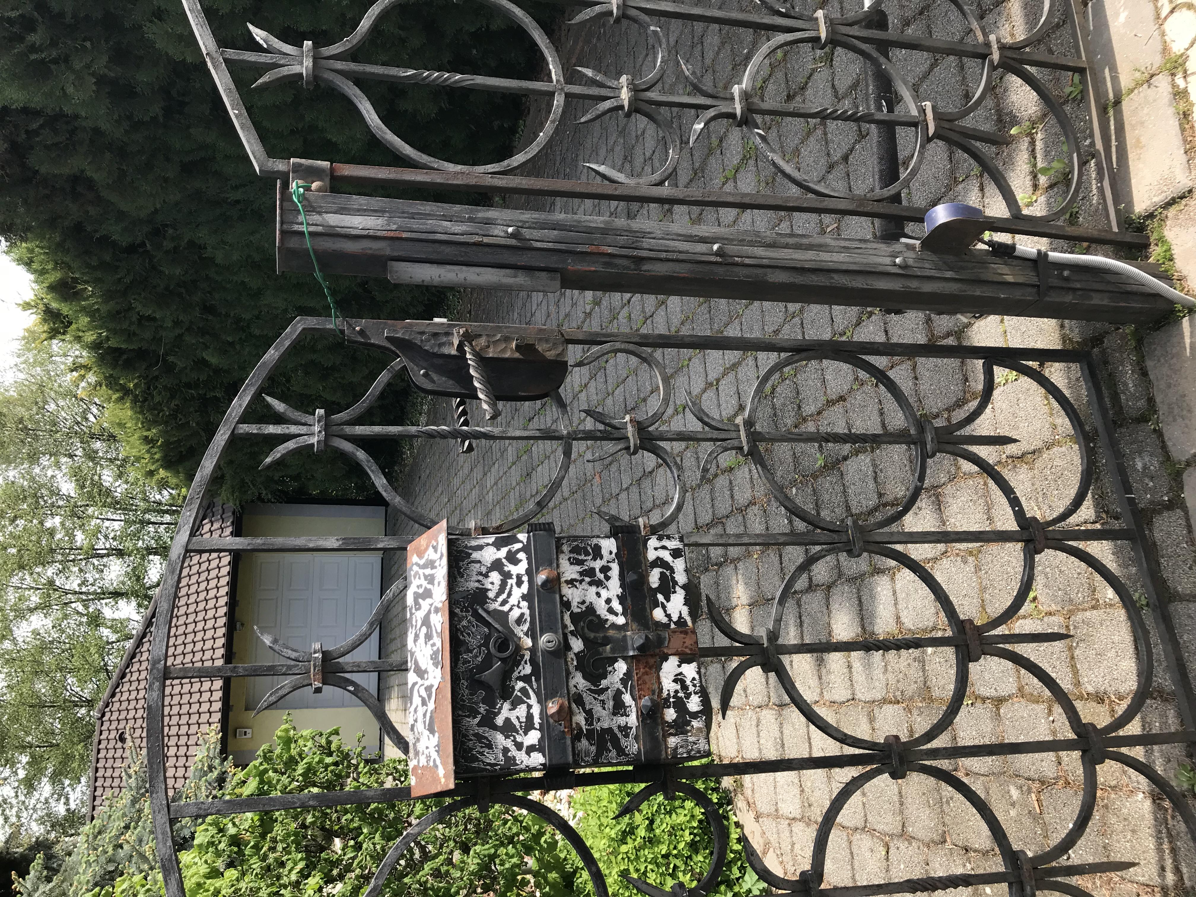 """dd866ceb8 ... Bránka na pozemok Viliama Mišenku bola """"zamknutá"""" naozaj zvláštnym  spôsobom."""
