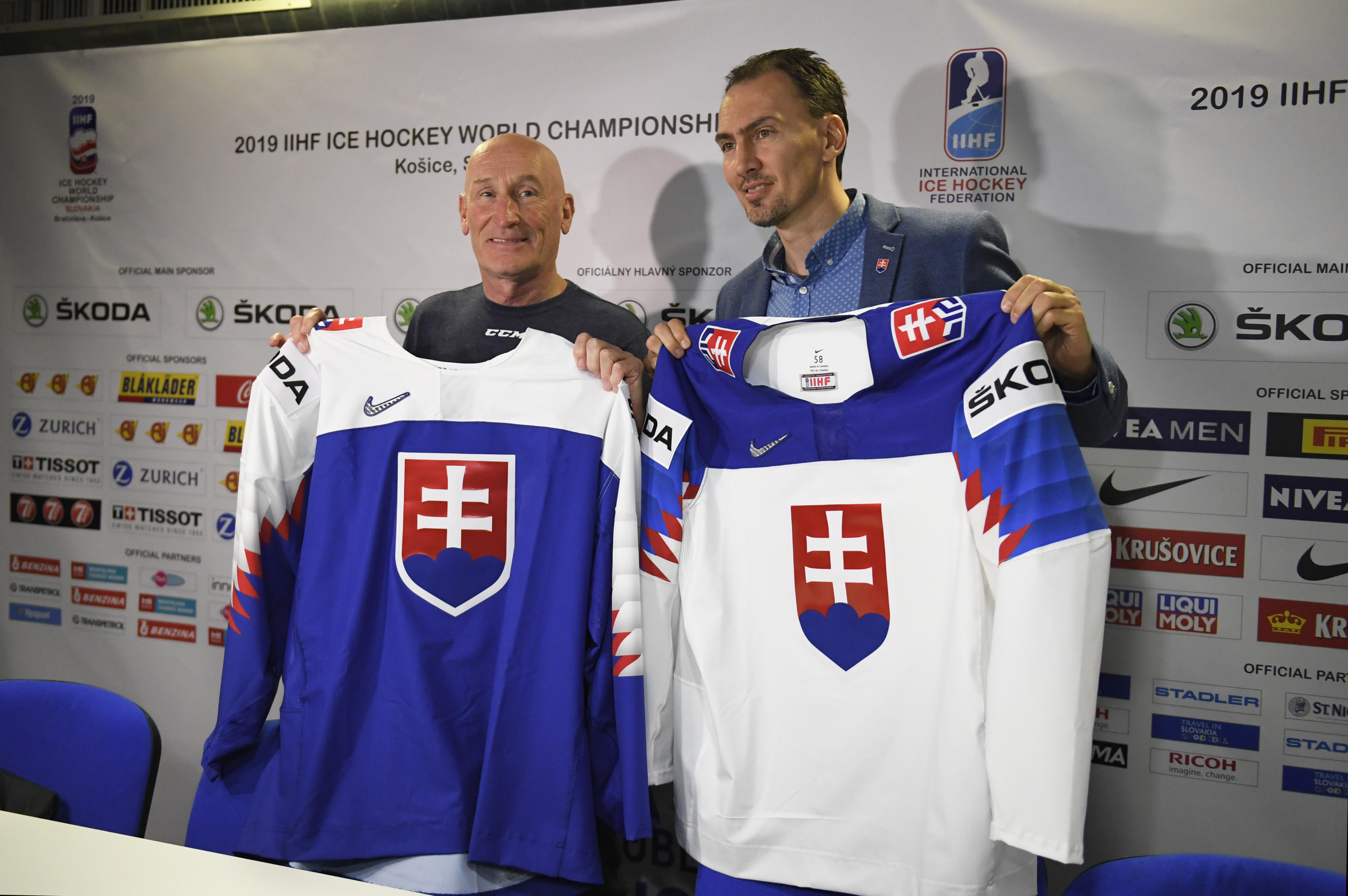 c259dbdb1361b ... Vedenie hokejovej reprezentácie sa napokon rozhodlo, že nebude čakať na  rozhodnutie parlamentu a hokejisti budú Slovensko reprezentovať v dresoch,  ...