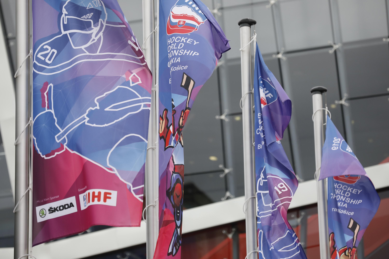 26261568d6110 ... V areáli štadióna už vejú oficiálne vlajky šampionátu. Zdroj: Glob.sk /  Peter Korček ...