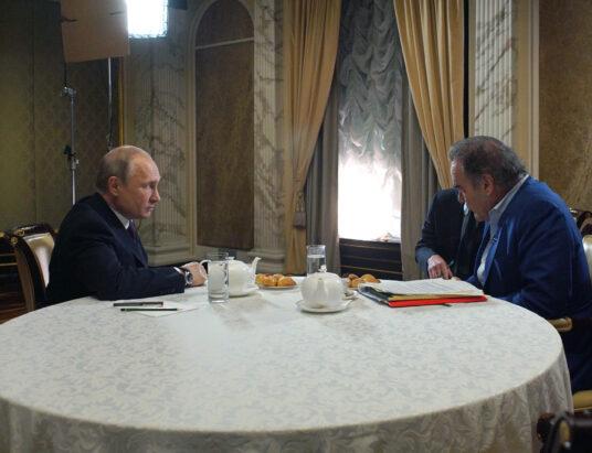 Vladimir Putin a Oliver Stone počas debaty. Zdroj foto: Alexei Druzhinin, Sputnik, Kremlin Pool Photo via AP
